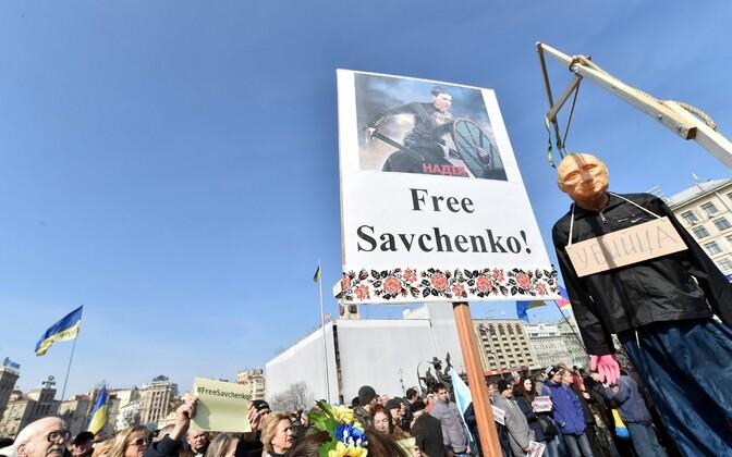 Savtšenko toetuseks korraldatud meeleavaldus Kiievis, poodud Putinit meenutaval nukul on kaelas silt