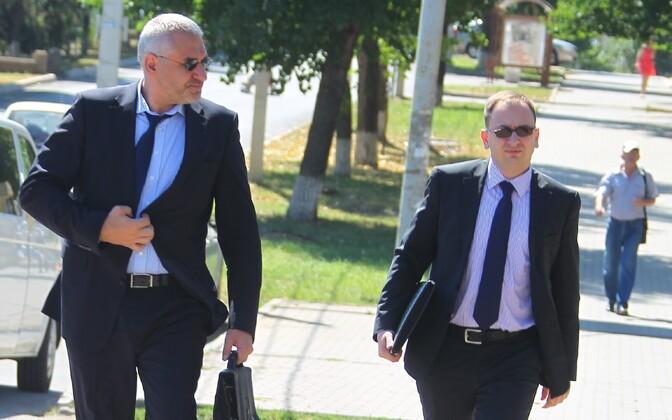 Mark Feigin (vasakul) ja Nikolai Polozov eelmise aasta juulis Savtšenko kohtuistungile minemas