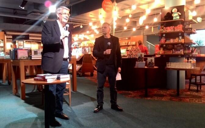 Валдис Затлерс (слева) на презентации своей книги в Таллинне.