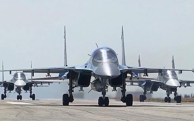 Vene Su-34 sõjalennukid valmistuvad lahkuma Hmeimimi õhuväebaasist Süürias.