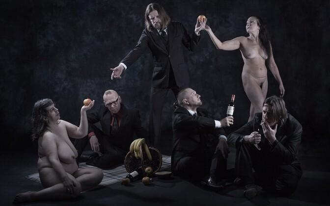"""Bänd otsustas vaadata albumile tagasi ka visuaalselt ning taaslavastas """"Pulmade ja matuste"""" plaadikaane kunagise foto"""