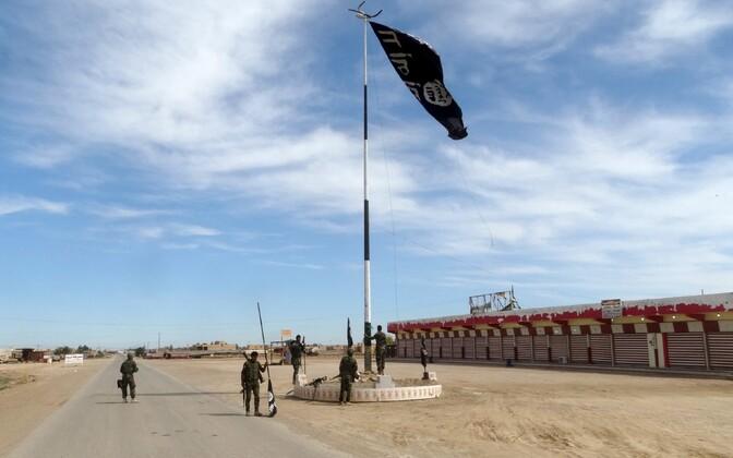 Iraagi julgeolekujõud võtsid Iraagis Ramadi lähedal maha ISIS-e lipu.