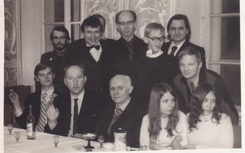 Pent Nurmekunna 70. sünnipäeva tähistamine 1976 aastal. Nurmekund on esireas keskel.