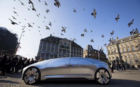 Mercedes Benzi isesõitev auto.