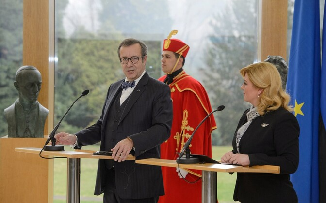 Estonian President Toomas Hendrik Ilves and Croatian President Kolinda Grabar-Kitarović in Zagreb on Monday