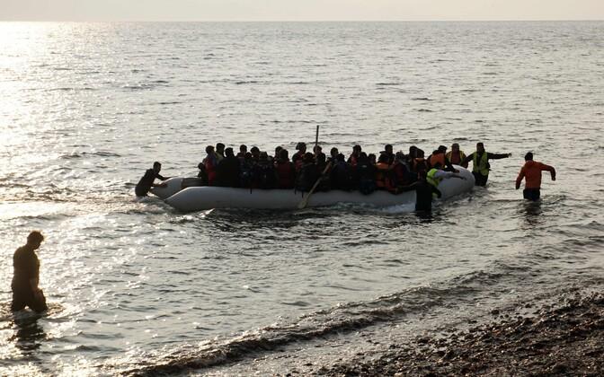 Migrandid ja põgenikud paadiga Lesbose saare rannas.