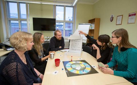 Tartu ülikooli eetikakeskuse töötajad õpetajatele mõeldud väärtuste mängu mängimas.