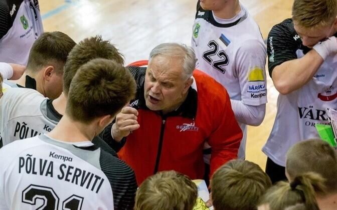 Тренер Кальмер Мустинг дает указания игрокам пылваского