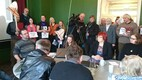Meremäe valla elanikud kogunesid vallavanem Järvelille toetuseks istungile.