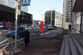 Fr.Kreutzwaldi 25 Tallinna Kesklinna Vene Gümnaasium. Eriti ohtlik on kooliesine ala. Kõnniteele sõitmise takistamiseks tuleks paigaldada teepiire. Politsei on koolipersonali probleemist teavitanud.