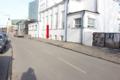 Fr.Kreutzwaldi 25 Tallinna Kesklinna Vene Gümnaasium. Pidev probleem on lapsevanematega, kes lapsi kooli tuues kõnniteel peatuvad. Sellega ohustatakse kõnniteel liikuvaid jalakäijaid.
