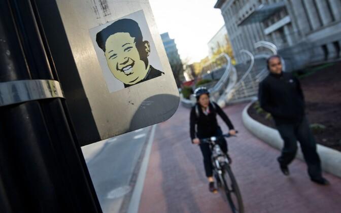 Põhja-Korea liidrit Kim Jong-un kujutav kleebis konverentsikeskuse ees, kus peetakse Washingtoni tuumajulgeoleku alane tippkohtumine