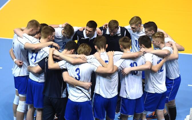 Eesti U-20 võrkpallikoondis ja peatreener Oliver Lüütsepp.