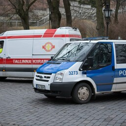 Politsei- ja kiirabiautod.