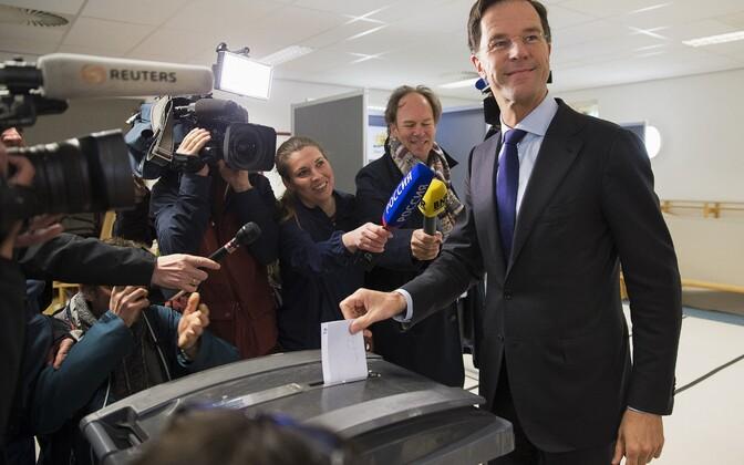 Lepet pooldav Hollandi peaminister Mark Rutte 6. aprillil hääletamas.