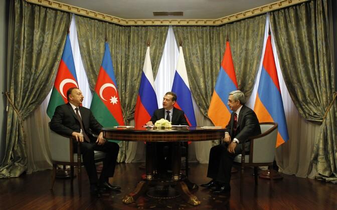 Peaminister Medvedev pidamas kolmepoolseid kõnelusi Aserbaidžaani ja Armeenia riigipeadega