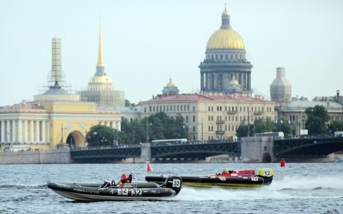 Санкт-Петербург расположен в устье реки Невы.