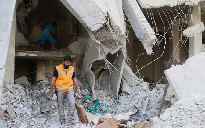 Punase Risti töötaja üle vaatamas abiorganisatsiooni valdusi pärast pommitabamust Aleppo lähistel 30. aprillil.