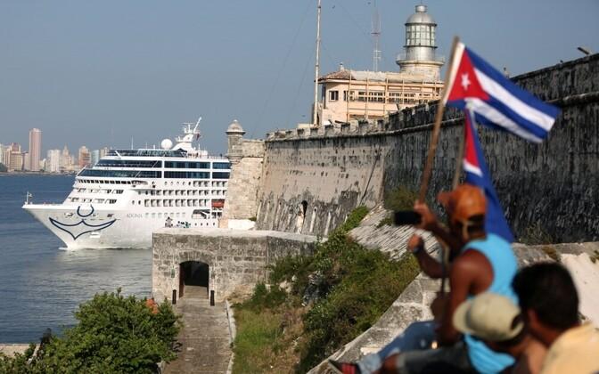 Круизное судно Adonia входит в порт Гаваны.