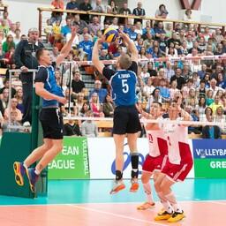 Hetk Eesti meeste võrkpallikoondise eelmise aasta Euroopa liiga võimsast võidust Poola üle. Koondise kapten Kert Toobal on palli tõstmas temporündaja Ardo Kreegile.