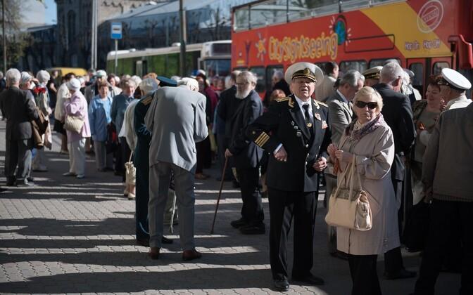 Ветераны собираются у ЦРК, чтобы отправиться на автобусах на Военное кладбище 9 мая 2016 года.