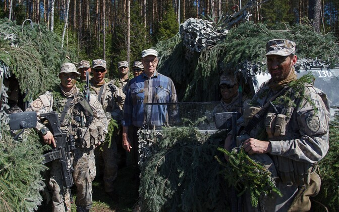 President Toomas Hendrik Ilves poses for a photo with Latvian troops participating in Estonia's annual Spring Storm military exerise. May 9, 2016.