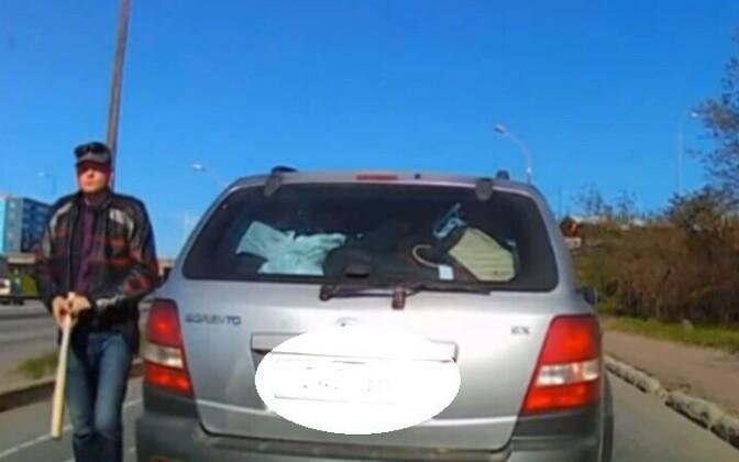 Мужчина вышел из автомобиля с битой в руке.