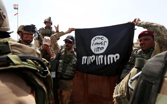 Iraagi sõdurid ISIS-e lipuga.