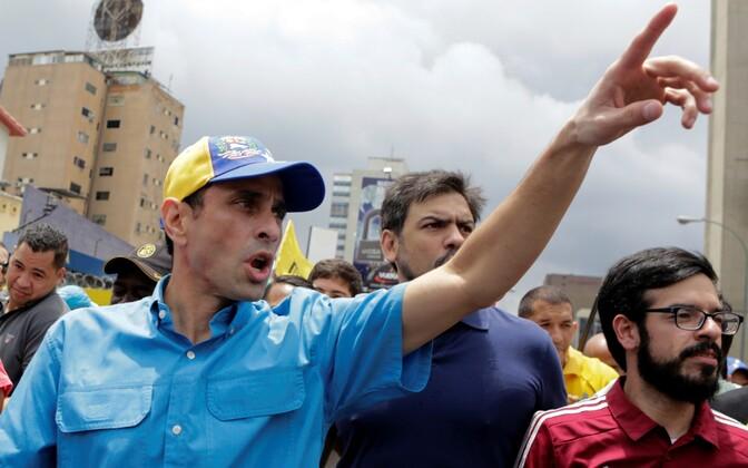 Opositsioonijuht ja Miranda osariigi kuberner Henrique Capriles Radosnki (vasakul) 14. mail meeleavaldusel.