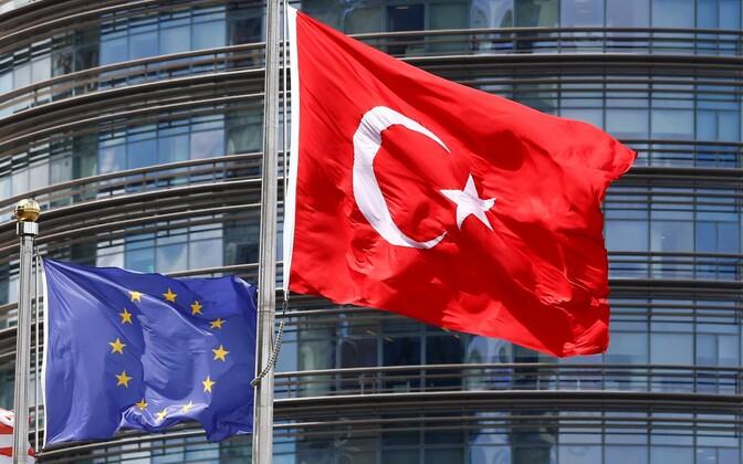 Флаги Евросоюза и Турции.