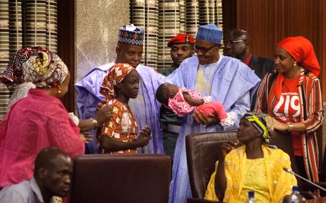 Nigeeria president koos esimesena päästetud Amina Ali ning tema tütrega eile Abujas.