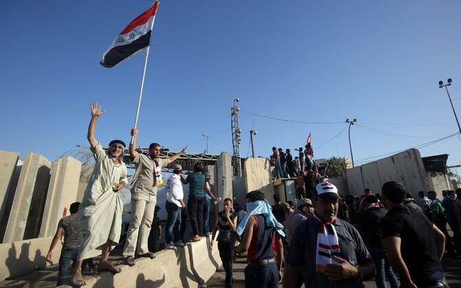 Meeleavaldajad Bagdadis rohelise tsooni värava taga.