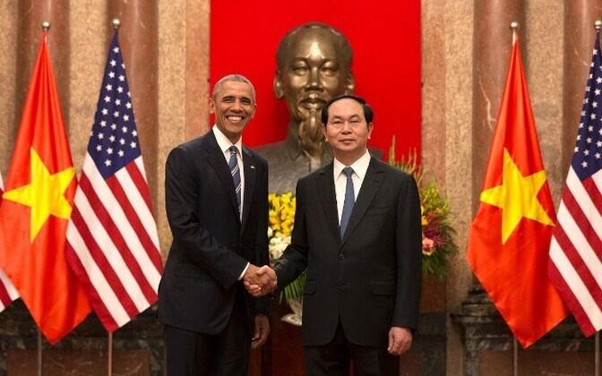 Obama ja Vietnami president suruvad kätt Hanoi presidendipalees