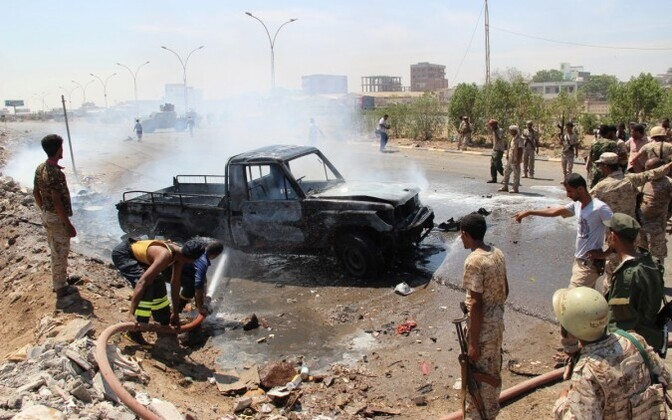 Pilt on illustratiivne. Sõdurid kustutavad põlevat pikapit Adenis, Jeemenis