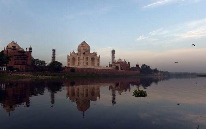 Taj Mahal aprillis 2016 Yamuna jõe kaldalt vaadatuna