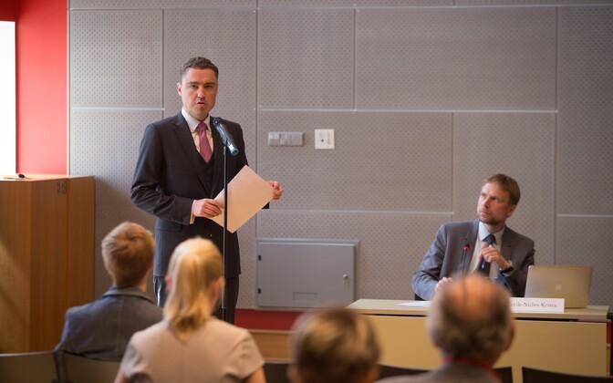 Peaminister Taavi Rõivas riigkogu avalikul arutelul