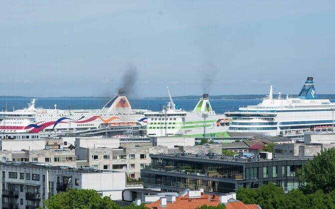 Tallinki laevad Tallinna reisisadamas koos kruiisilaevaga.