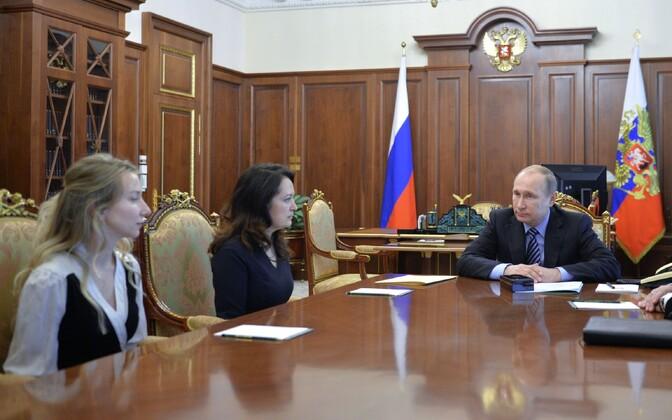 Putin hukkunud ajakirjanike lähedastega kohtumas.