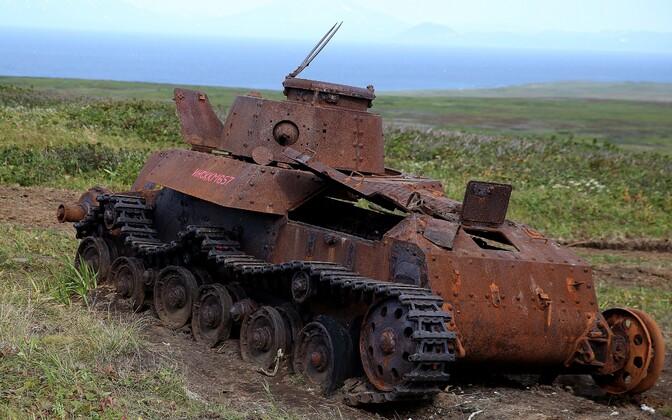 Sõjaaegne Jaapani tank Šumšu saarel roostetamas.