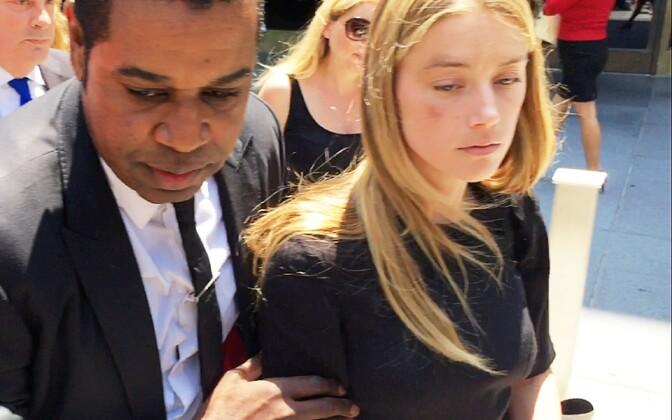 Amber Heard kohtust väljumas