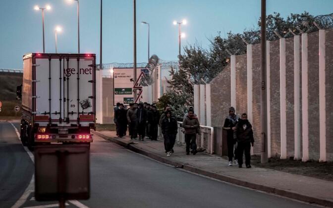 Migrandid ja veok Calais' laagri lähedal.