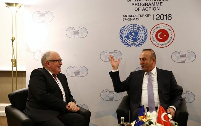 Euroopa Komisjoni asepresident Frans Timmermans (vasakul) ja Türgi välisminister Mevlut Cavusoglu 27. mail Antalyas.