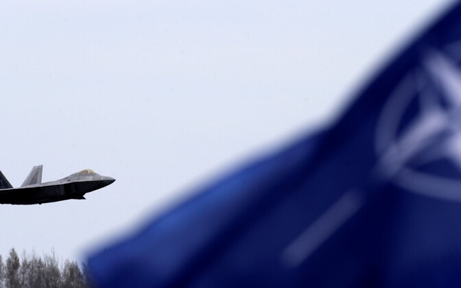 USA õhujõudude hävituslennuk F-22, NATO lipp.