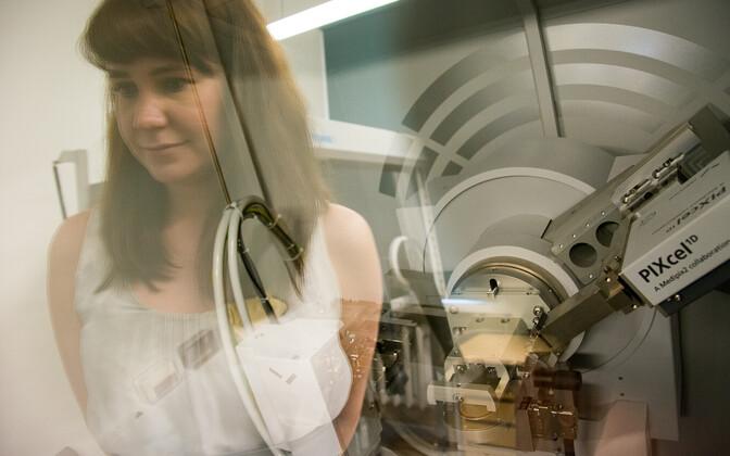 Dr Liis Seinberg, KBFI teadur röntgen diffraktomeetriga, mille abil saab analüüsida materjalide kristallstruktuure ning nende koostist.