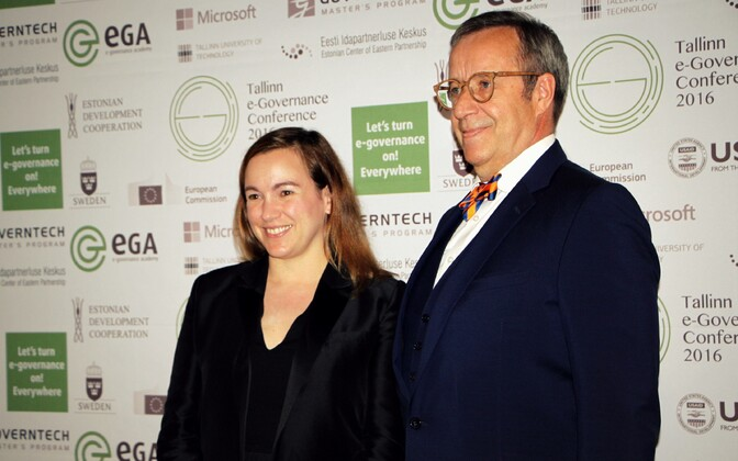 Visiting French Minister of State for Digital Affairs Axelle Lemaire posing with Estonian President Toomas Hendrik Ilves at the Tallinn e-Governance Conference. May 30, 2016.