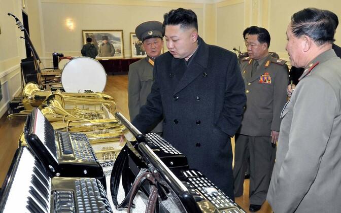 Kim Jong-un Põhja-Korea pillitoodanguga tutvumas.