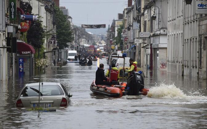 Päästjad Prantsusmaal üleujutatud tänaval.