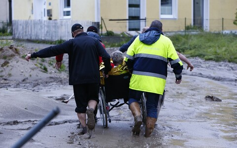 Saksamaa päästjad kandmas ratastoolis meest Baierimaal asuvas külas
