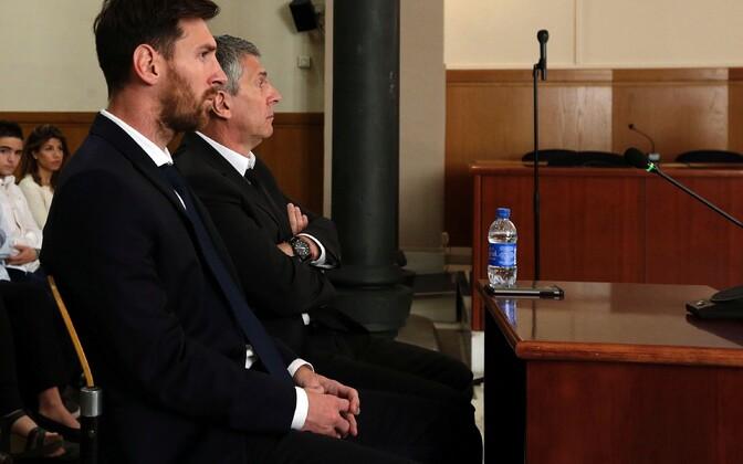 Lionel Messi koos isa Jorge Horacio Messiga kohtupingis maksupettuse kohta tunnistusi andmas