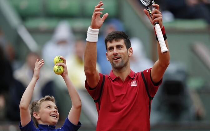Koos pallipoisiga võitu tähistav Novak Djokovic